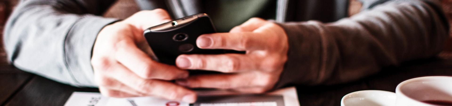 Mains manipulent un portable