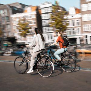 Deux cyclistes roulent en ville